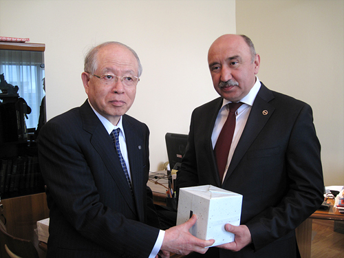 Image of President Noyori exchanging a gift with Rector Ilshat Gafurov