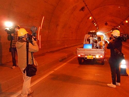 車両走行型高精細レーザー表面計測の様子の写真