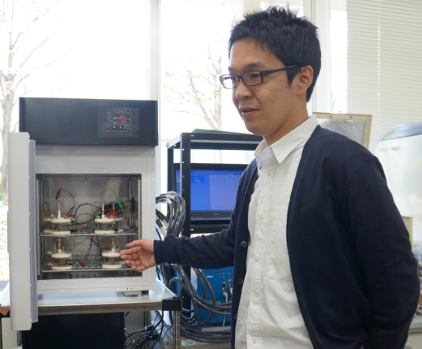 picture of Nakamura at his lab