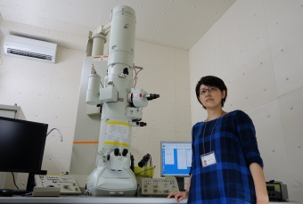 Picture of Yonekura with electron microscopy