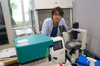 Image of Itoshi Nikaido in the lab