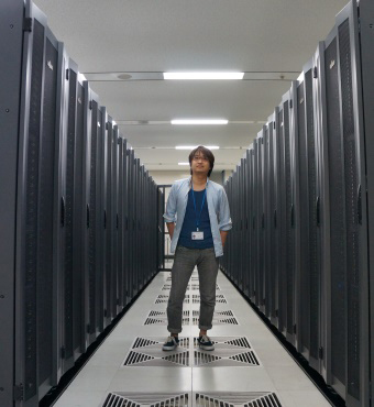 Image of Itoshi Nikaido at a computer room