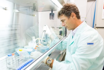 picture of Piero Carninci at his lab